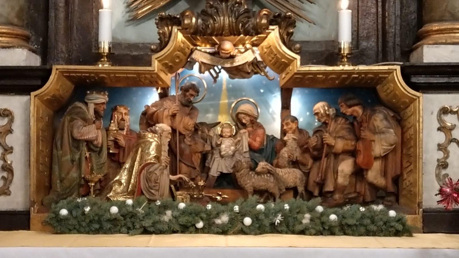 Lucerničky rozzářily půlnoční mši svatou v Kostele Sv. Petra na Poříčí v Praze